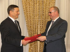 На фото: генеральный директор ИНЭС А.И.Агеев и президентом Фонда В.И.Плешка.